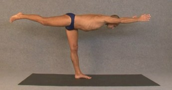 Баланс на одной ноге, тело параллельно полу