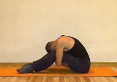 Ардха Пашчимоттанасана - Наклон к согнутым ногам