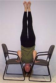 Ширшасана на стульях - Перевернутая стойка на стульях