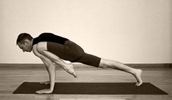 Урдхва Трианга Дандасана - Поза планки с ногой на предплечье